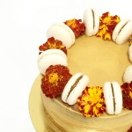 Naked cake con flores y macarons